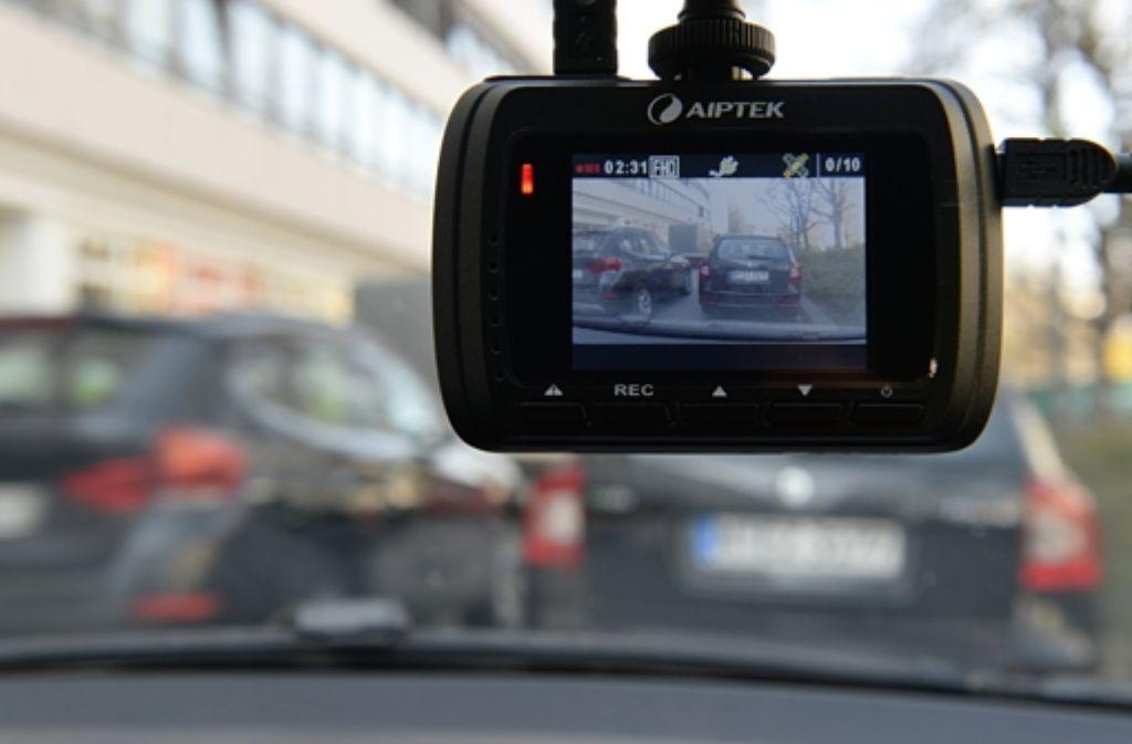Gerät mit begrenztem Nutzen: eine Dashcam in einem Auto. Foto: dpa