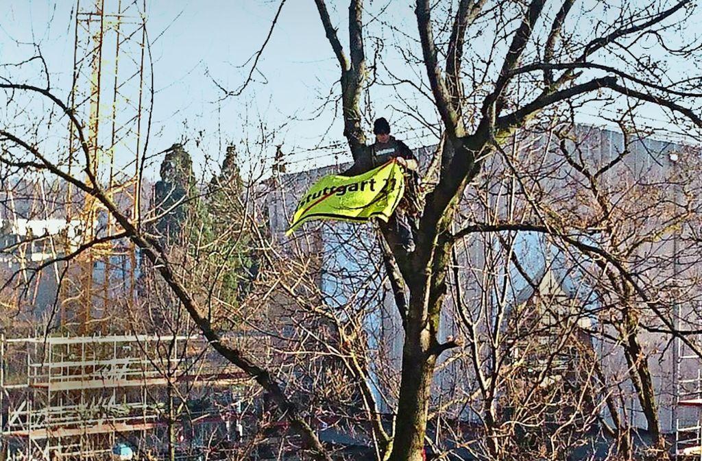 In etwa zehn Metern Höhe entrollt der Aktivist ein Banner gegen das Bahnprojekt. Foto: Andreas Rosar