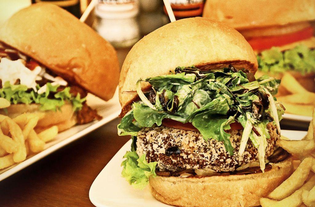 Auch ein vegetarischer Burger mit Kichererbsenbratling  ist im Angebot. Foto: factum/Granville