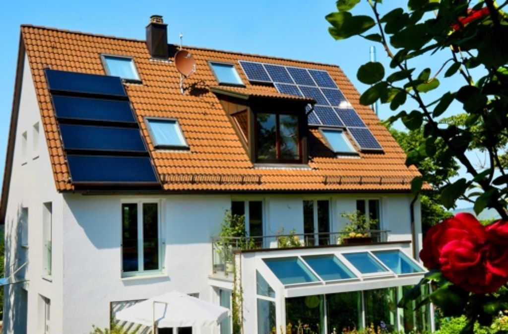 Zwei Optionen fürs Dach: solarthermische Kollektoren (links) und eine Fotovoltaikanlage (rechts) Foto: Gaby Zintz