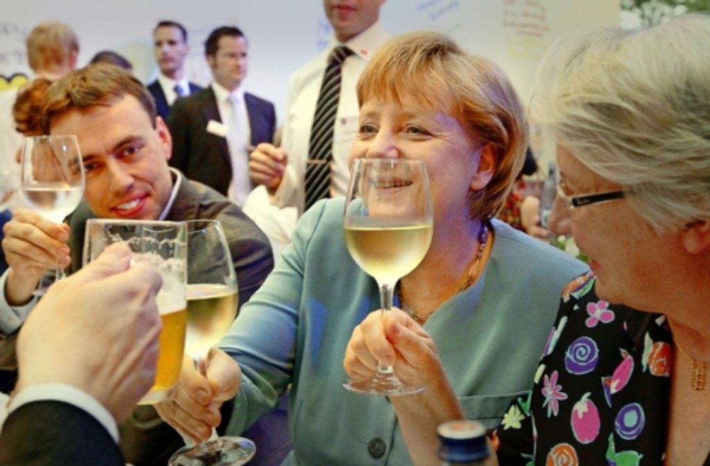 Zuprosten ist schon früher drin gewesen: Nils Schmid (links) hat  ein freundliches Lächeln für Angela Merkel und Annette Schavan parat. Foto: dpa