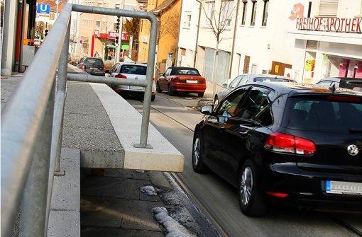 Vorsicht Gefahrenstelle?  Bezirksvorsteherin Susanne Korge wurde schon mehrfach auf die Kanten der  Hochbahnsteige hingewiesen. Ein Unfall ist noch nicht passiert. Foto: Chris Lederer