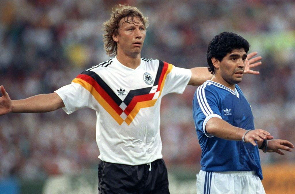 Sternstunde 1990 in Rom: Guido Buchwald (links) meldet den argentinischen Weltstar Diego Maradona im WM-Finale komplett ab. Foto: dpa