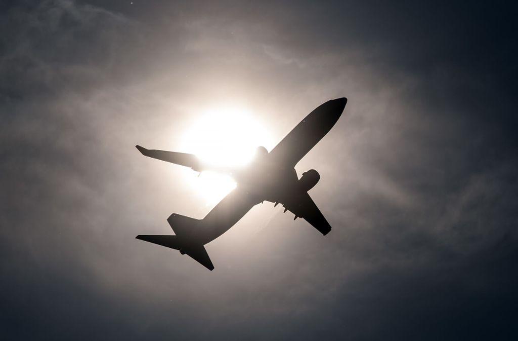Ein Passagier fand die geladene Waffe in der Toilette des Flugzeugs. (Symbolfoto) Foto: picture alliance/dpa/Federico Gambarini