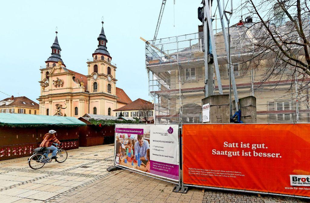 Engstelle auf dem Weihnachtsmarkt: Wegen der  Baustelle am evangelischen Dekanat mussten mehr  Buden  rund um die katholische Kirche aufgebaut werden. Foto: factum/Granville