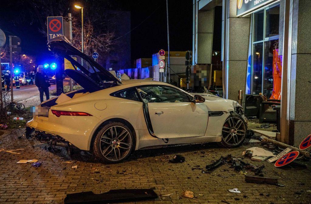 Bei einem schweren Unfall in Suttgart kamen in der Nacht zum Donnerstag zwei Menschen ums Leben. Foto: SDMG
