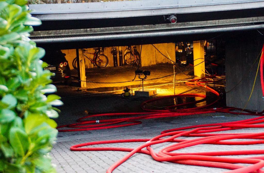 Der Brand in der Tiefgarage beschäftigte die Einsatzkräfte bis in die Abendstunden.  Foto: SDMG