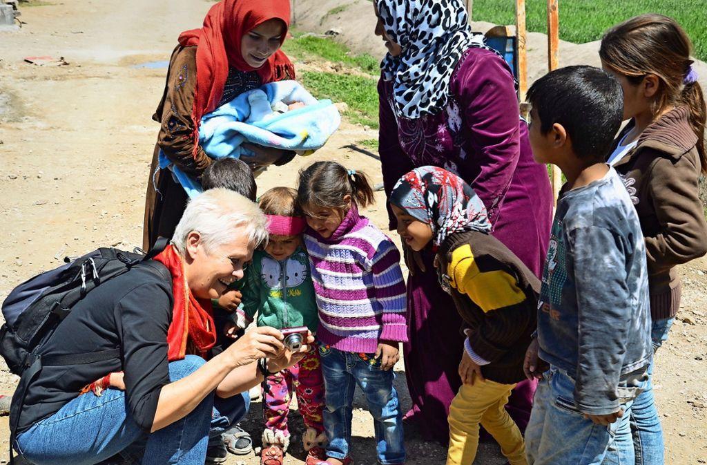 Chris Lange  zeigt Kindern im Libanon, wie Fotos entstehen. Foto: privat