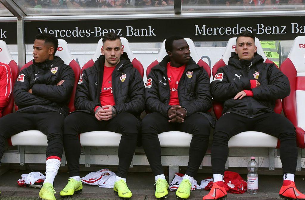 Ihr Stammplatz ist die Bank: Dennis Aogo, Anastasios Donis, Chadrac Akolo, Erik Thommy (v.re.) Foto: Baumann