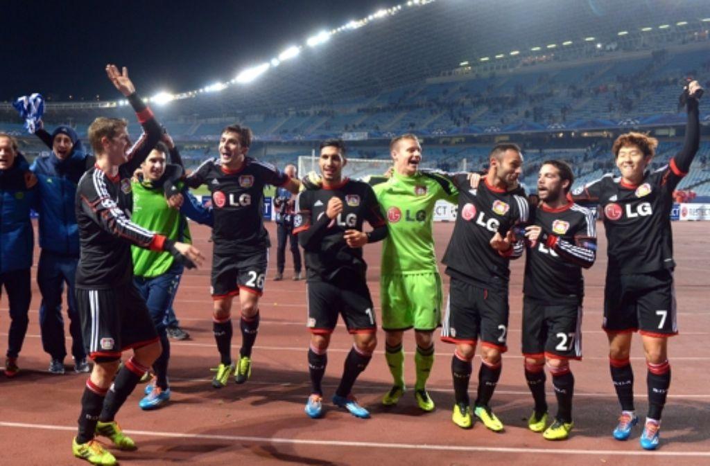 Die Spieler von Bayer Leverkusen haben allen Grund zu Jubeln: Nach einem 1:0 in San Sebastian ist Bayer im Achtelfinale der Champions League. Foto: dpa