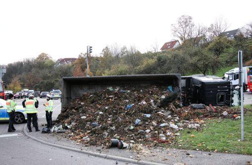 Lkw kippt um und verliert tonnenweise Biomüll