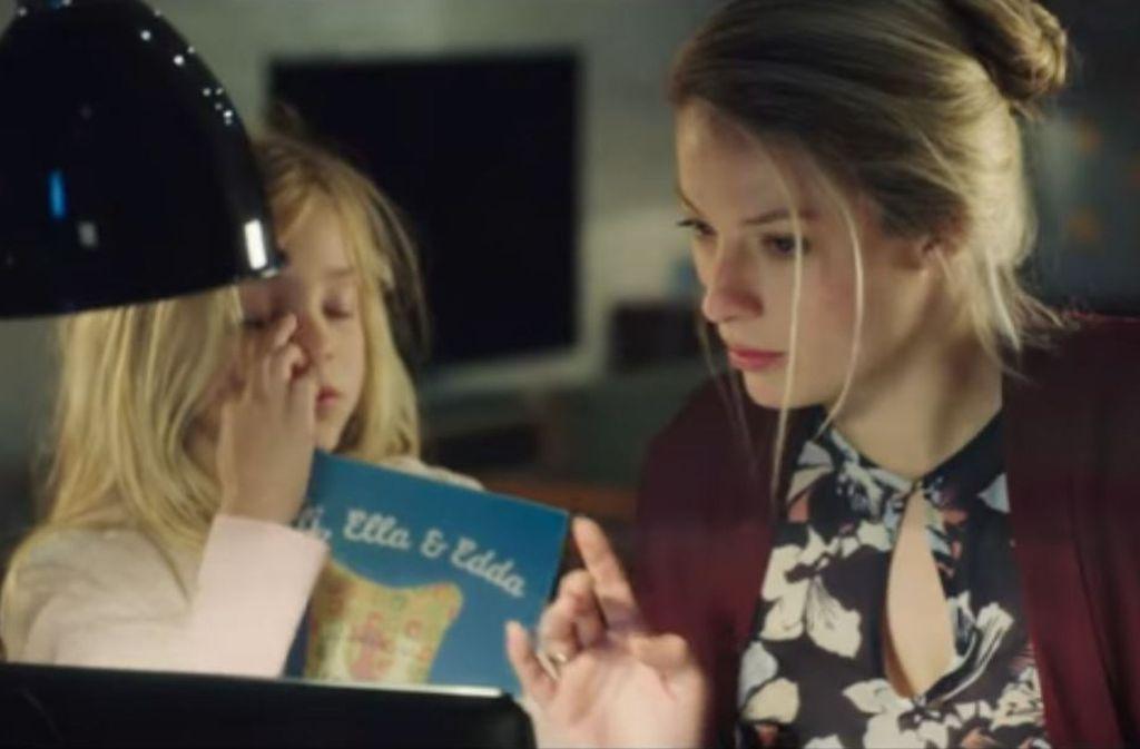 Im neuen Edeka-Werbespot geht es um Eltern im Hamsterrad, die ihre Kinder links liegen lassen. Foto: Youtube/Edeka