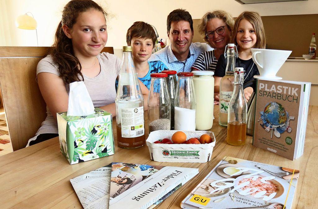 Milch aus der Glasflasche, Kaffee nicht als Pads und Biomülltüten aus Zeitungspapier – die Familie versucht, umweltfreundlicher zu leben. Foto: