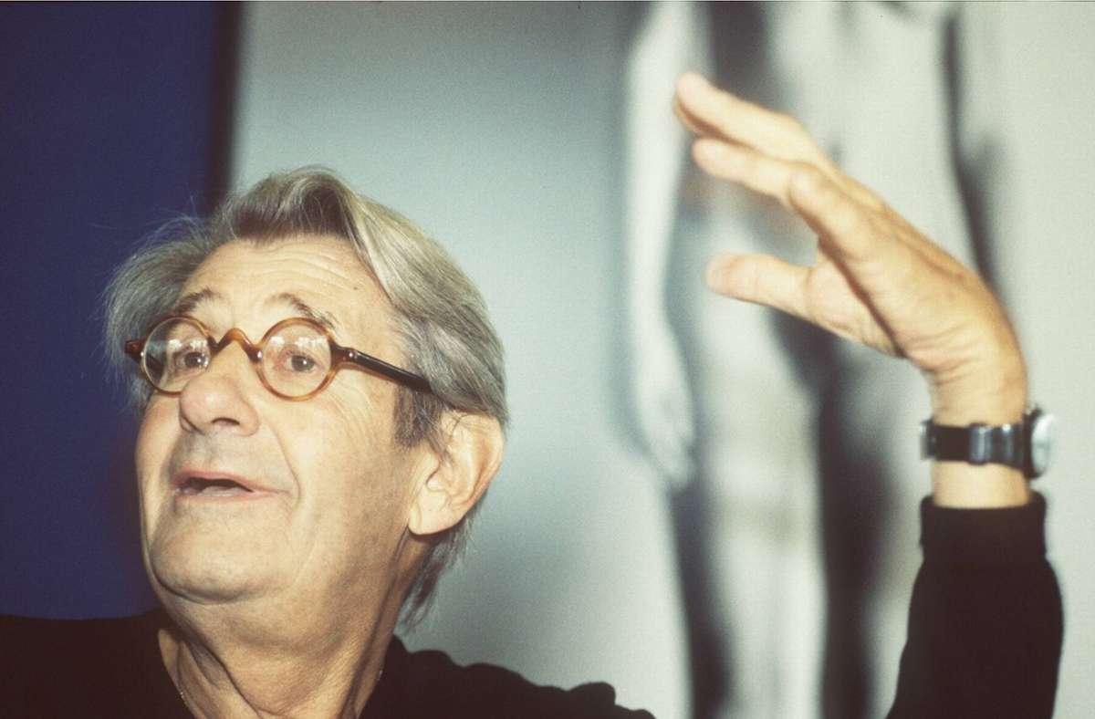 Helmut Newton vor einem seiner Bilder. Foto: imago stock&people/imago stock&people