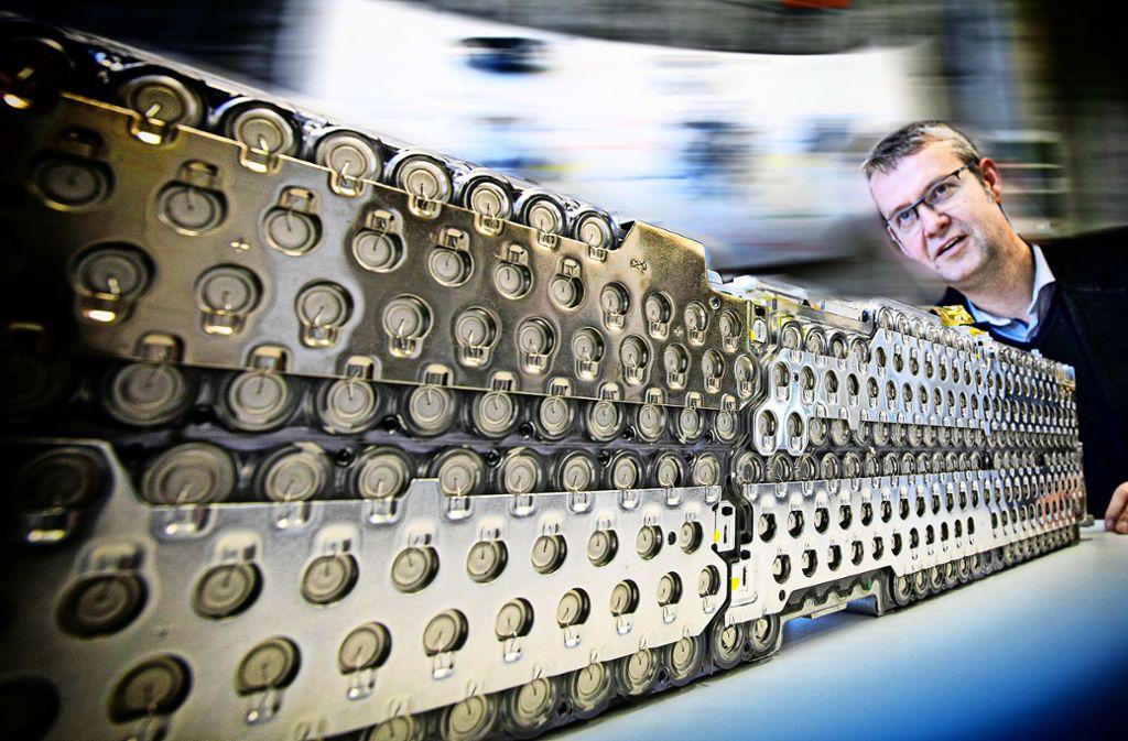 Professor Ralf Wörner zeigt, dass eine Tesla-Batterie aus Rundzellen aufgebaut ist. Foto: Horst Rudel