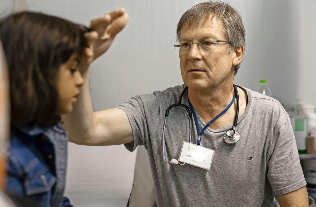 Martin Binder mit einer jungen Patientin im Flüchtlingslager Moria Foto: .Foto:Tessa Kraan