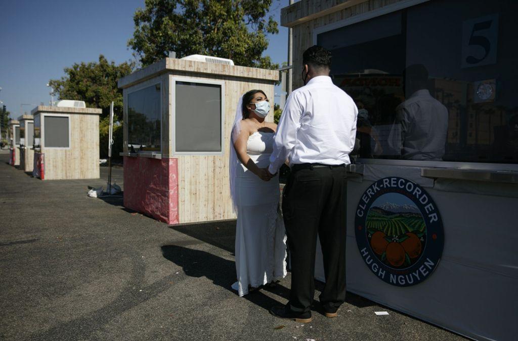 Anaheim, Kalifornien: Hochzeit an der Kabine – die USA sind derzeit der Staat mit den meisten registrierten Infektionen weltweit. Der New York Times zufolge wurden in den Vereinigten Staaten bislang gut 1,6 Millionen Infektionen mit dem neuartigen Coronavirus und knapp 100.000 Todesfälle gezählt.  Foto: AP