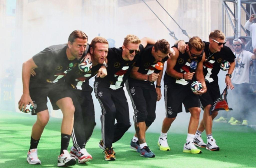 Dieses Tänzchen von Weidenfeller, Mustafi, Schürrle, Klose, Götze und Kroos (von links) auf Kosten der Verlierer hat für Wirbel gesorgt.  Foto: Bongarts