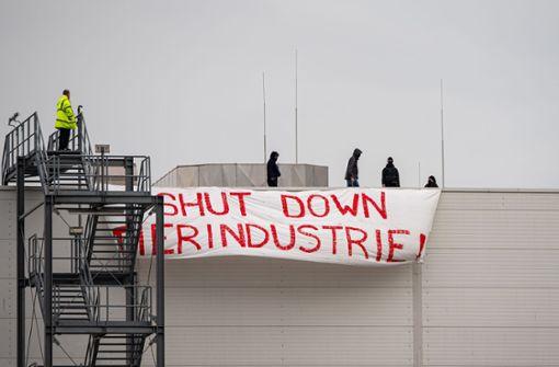 Aktivisten klettern für Protestaktion auf Dach