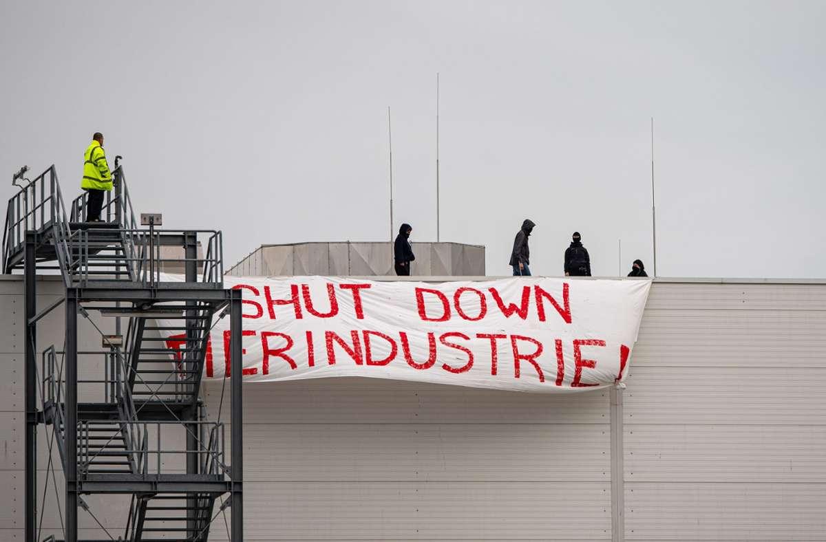 """Vier Aktivisten vom """"Bündnis Gemeinsam gegen die Tierindustrie"""" haben ein Dach der Firma Tönnies besetzt Foto: dpa/Guido Kirchner"""