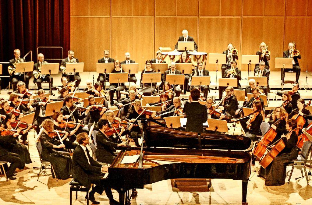 Nicht nur das Orchester mit seinem transparenten Klang und den fein austarierten Übergängen, sondern auch der Solist des Abends bot eine   professionelle Leistung. Foto: factum/Bach
