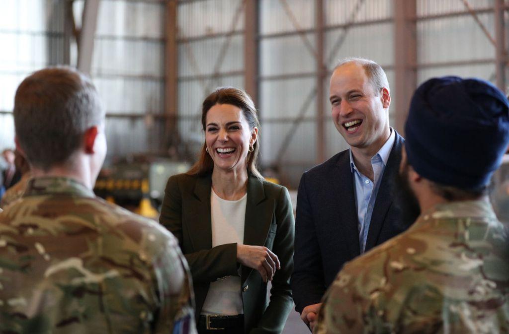 Haben sichtlich Spaß in Zypern: Kate und William scherzen den Soldaten. Foto: PA Wire