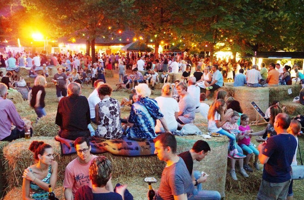 Ein bewährtes Sommervergnügen: das Strohländle  mit Musik und Getränken  im rustikalen Ambiente auf einer Wiese auf dem Engelberg Foto: Veranstalter