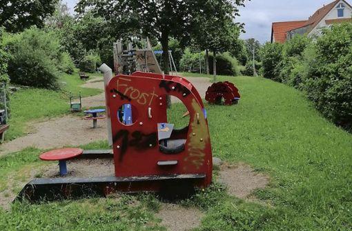 Sprayer verunstaltet einen Spielplatz
