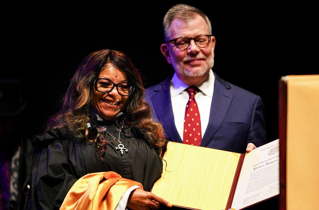 Tyka Nelson nimmt die Ehrung für ihren Bruder Prince vom Präsidenten der Universität von Minnesota entgegen. Foto: Star Tribune