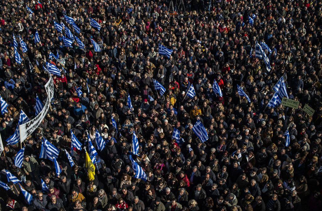 Demonstranten  während einer Kundgebung vor der Gemeinde Mytilene auf der Insel Lesbos Foto: dpa/Angelos Tzortzinis