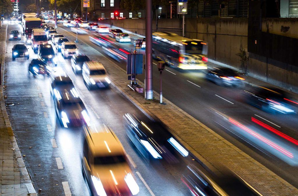 Das hohe Verkehrsaufkommen trägt stark zu den hohen Schadstoffwerten in Stuttgart bei. Gerichte fordern deshalb ein flächendeckendes Euro-5-Dieselverbot. Foto: Lichtgut/Max Kovalenko