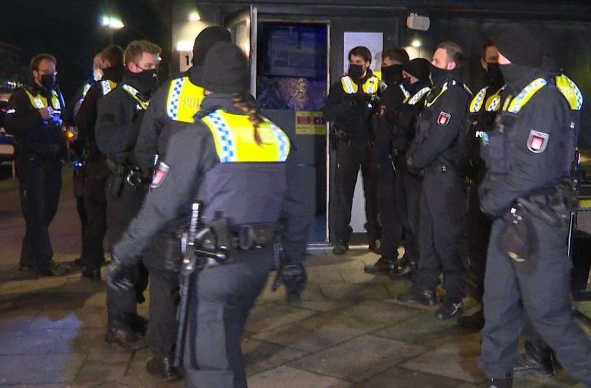 Polizisten stehen vor einer Shisha-Bar  in Hamburg-Wandsbek. Die Einrichtung  hatte trotz der geltenden Corona-Auflagen geöffnet. Foto: dpa/Steven Hutchings