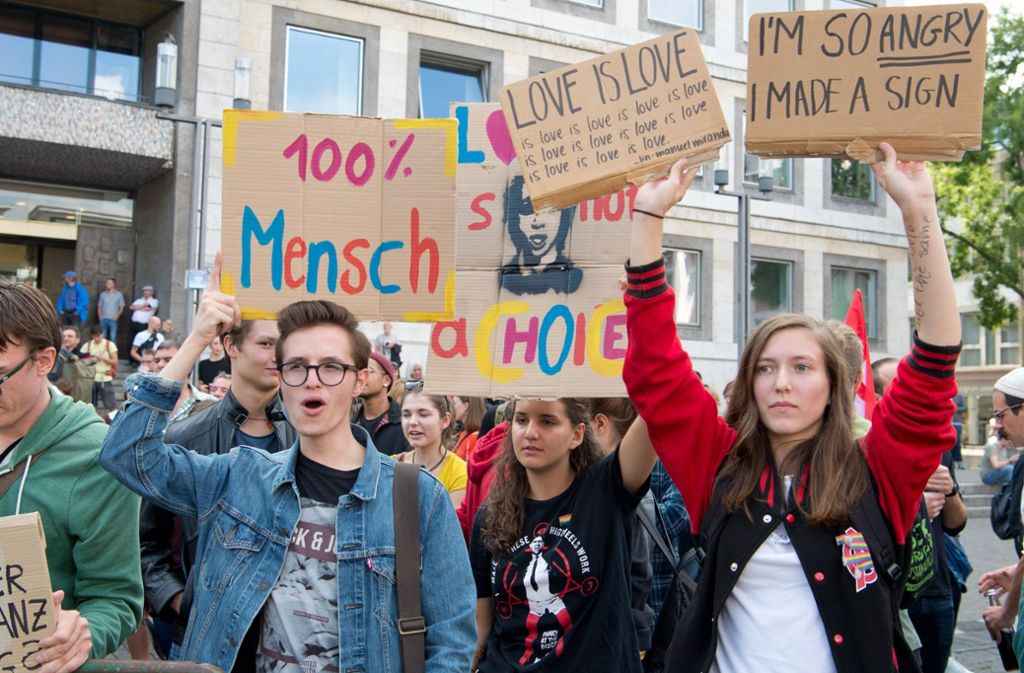 Demonstranten vor dem Stuttgarter Rathaus Foto: dpa
