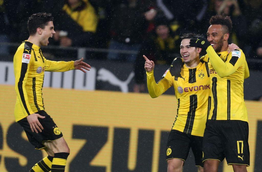 Der Dortmunder Pierre-Emerick Aubameyang (rechts) jubelt über seinen Treffer zum 1:0 mit seinen Teamkameraden Raphael Guerreiro und Marc Bartra. Foto: dpa