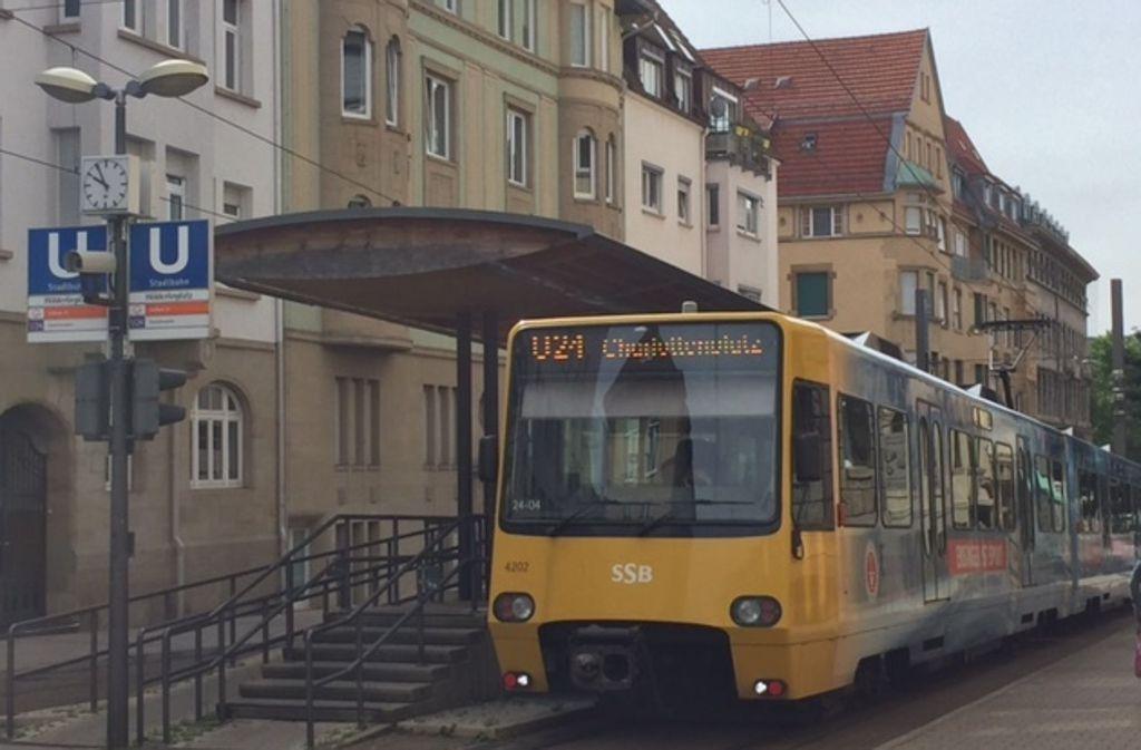 Die Stadtbahn hält einige Minuten lang an der Endstation Hölderlinplatz, bevor sie sich wieder auf den Rückweg Richtung Charlottenplatz macht. Foto: Carolin Klinger