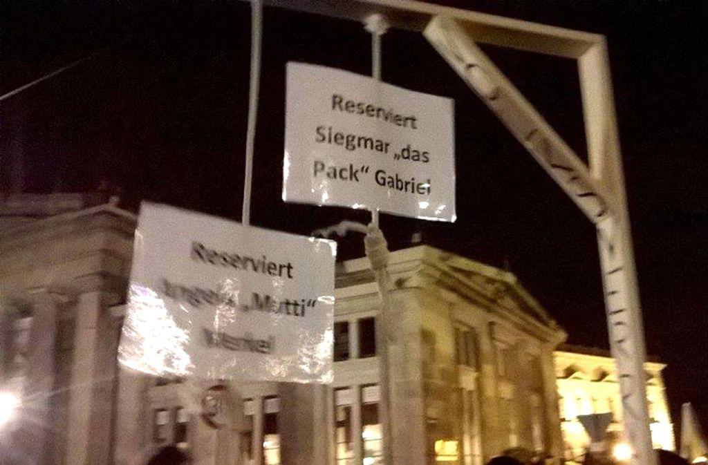 """Der Erbauer des """"Pegida-Galgens"""" hatte bei einer Demonstration des fremdenfeindlichen Pegida-Bündnisses 2015 in Dresden mit dem Galgen gegen die Flüchtlingspolitik der Bundesregierung protestiert. Foto: ZB"""