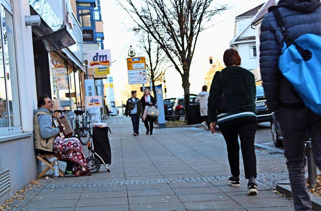 Die Epplestraße ist die Einkaufsstraße von Degerloch. Manche sagen, hier wäre noch mehr los, wenn sich ein Aldi ansiedeln dürfte. Foto: Tilman Baur