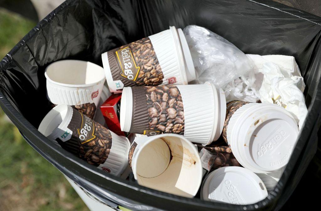 Etwa drei Millionen Kaffeebecher werden in Esslingen pro Jahr weggeworfen. Foto: dpa-Zentralbild