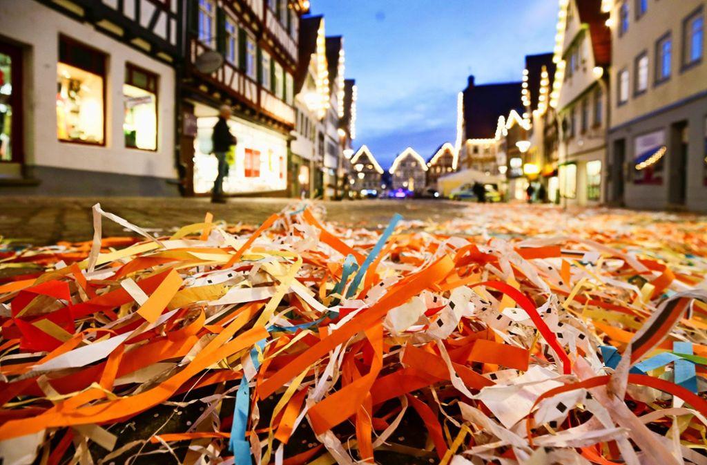 Nach dem Umzug säumen Papierschnipsel die Altstadtstraßen. Foto: factum/Granville