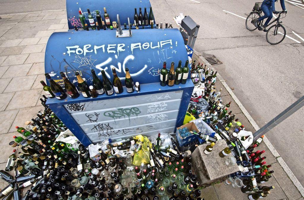 Vor einem Jahr ärgerten sich viele Stuttgarter über überquellende Altglascontainer in der Zeit zwischen den Jahren. Foto: dpa