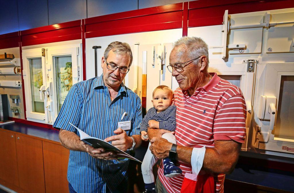 Gerhard Hollenweger (links) zeigt, wie man sich vor Einbrüchen schützt. Foto: factum/Granville