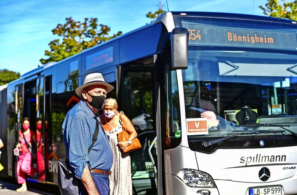 Masketragen bei hochsommerlichen Temperaturen ist nicht angenehm, aber in Bussen unverzichtbar. Foto: /Martin Kalb