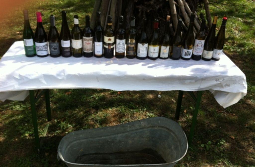Oben: Die Reihe der mitgebrachten Flaschen beim Weinbergfest, unten: Der Weinkühler Foto: Weier