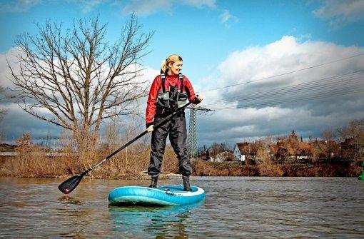 Anna Bröll sagt, mit ein bisschen  Übung  lerne jeder Neuling  schnell, im Stehen auf dem Board zu paddeln. Foto: factum/Granville