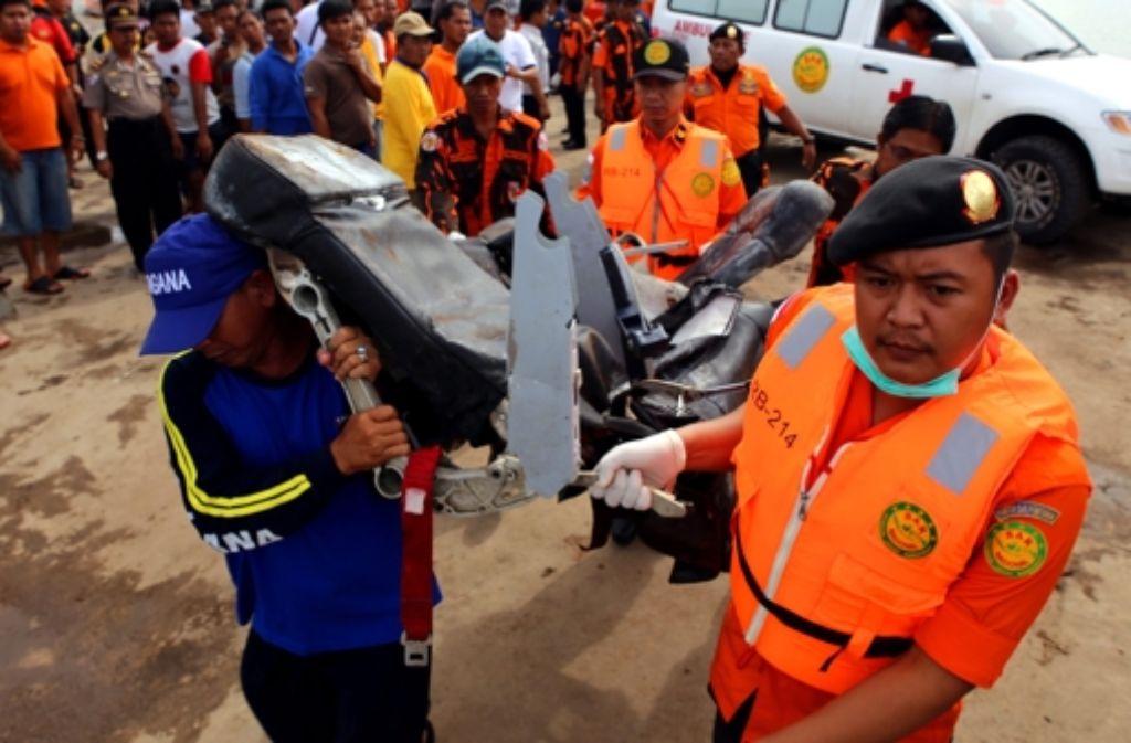 Indonesische Suchmannschaften versuchen bisher vergeblich das Wrack der abgestürzten AirAsia-Maschine zu heben. Foto: dpa