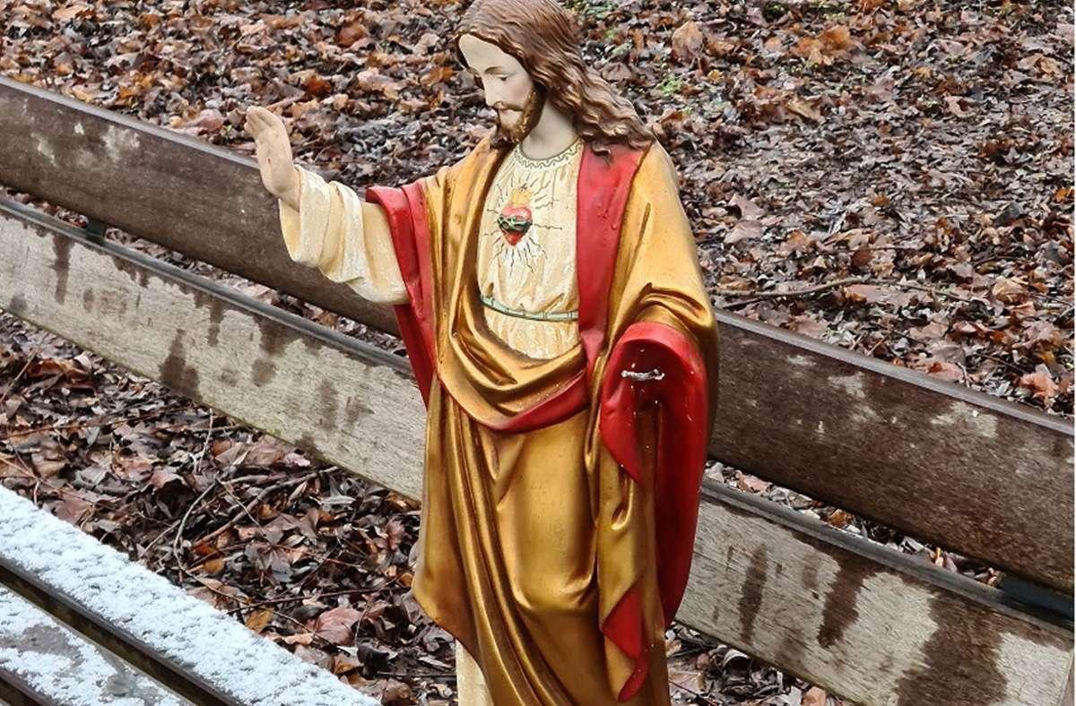 Der Besitzer dieser Jesus-Figur wird gesucht. Sie wurde auf einer Parkbank in Urbach gefunden. Foto: dpa/Polizei