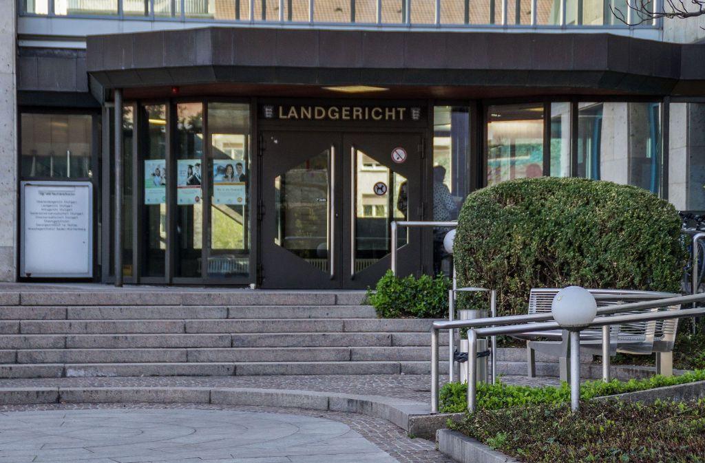 Fünf mutmaßliche Mittäter stehen   wegen eines Überfalls  auf eine Tankstelle in Esslingen vor dem Landgericht Stuttgart. Foto: SDMG