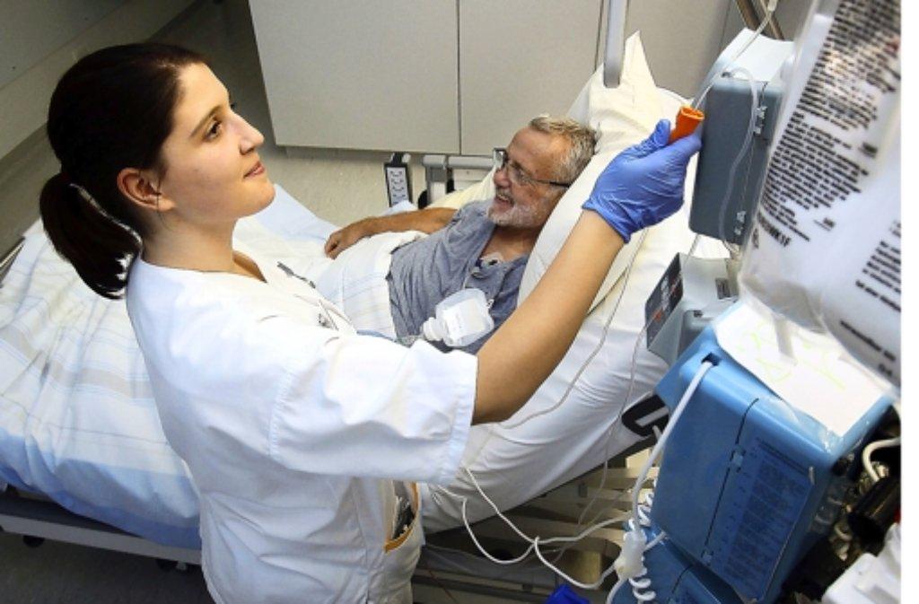 Helena Mourao aus Portugal und ihr Patient Horst Frey verstehen sich. Foto: factum/Granville