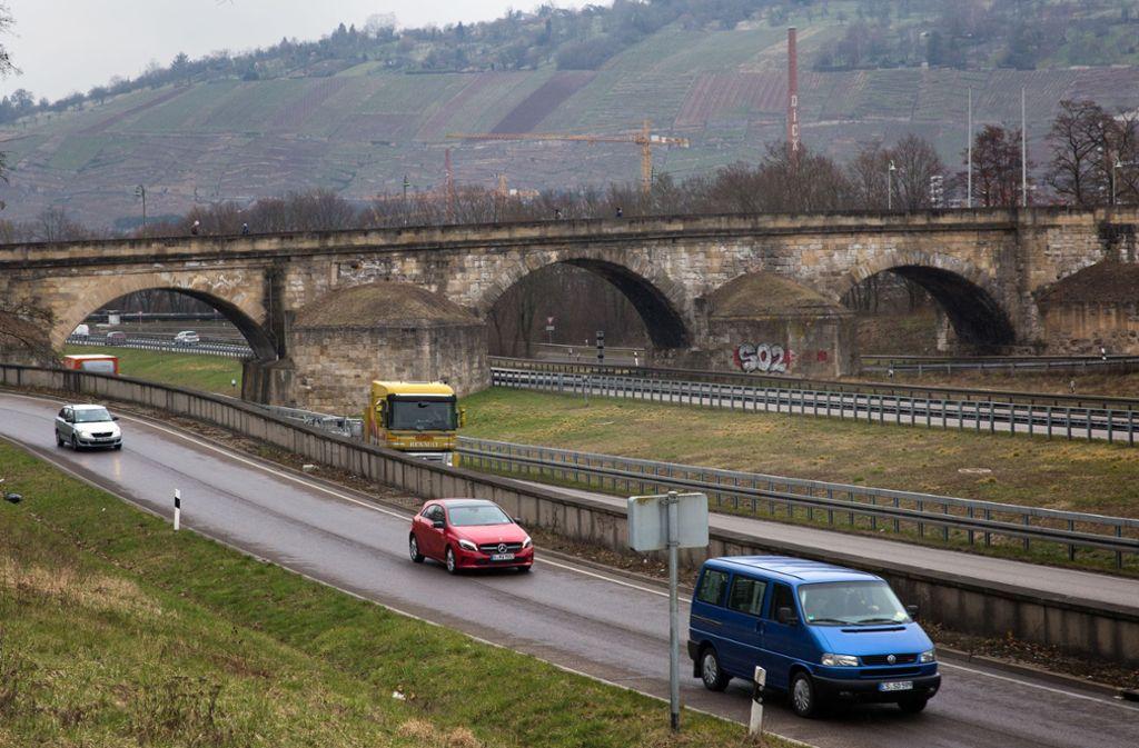 Bei den Sanierungsarbeiten der Pliensaubrücke ist Mörtel auf die B 10 gefallen. Foto: Ines Rudel