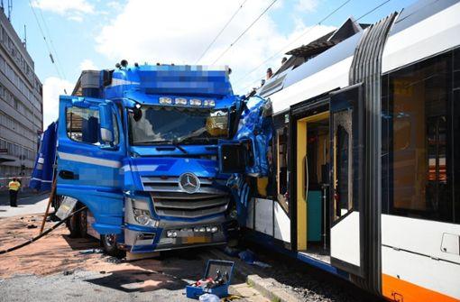 Straßenbahn entgleist nach Zusammenstoß mit Laster